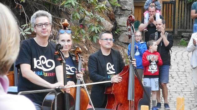 Karlovarský symfonický orchestr koncertoval na Svatošských skalách.