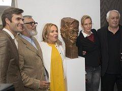 Slavnostního odhalení busty se zúčastnila kromě Dagmar Havlové také Uma Thurmanová.