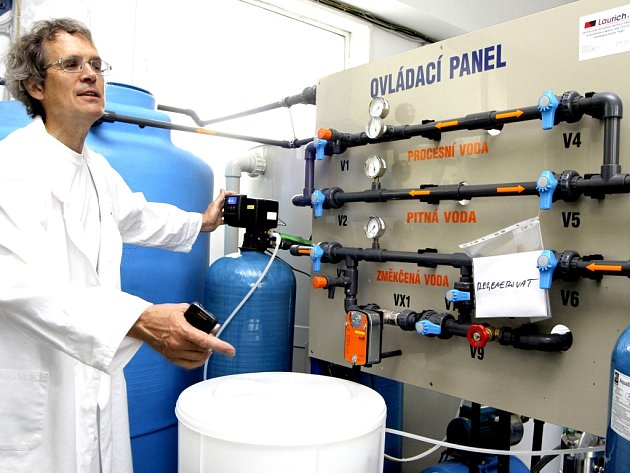 Firma Original Karlsbader Sprudelsalz po zkušebním provozu a testech technologií zahájila v Karlových Varech produkci vřídelní soli pro léčivé i kosmetické účely.