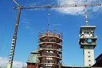 Jeřáb rozebírá rozhlednu na Klínovci. Po rozebrání věže vznikne na jejím místě nový tubus, který bude opět obložen kameny.