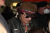 Johnny Depp opět rozdával autogramy a selfies, tentokrát na letišti při odletu domů.