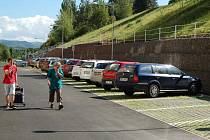 DÍKY INVESTICÍM za miliony korun se část Ostrova opět změnila k lepšímu. Dalších a tolik potřebných nových parkovacích míst se například dočkali obyvatelé domů v Lidické ulici.