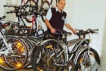 V KARLOVÝCH VARECH byla půjčovna kol k dispozici na Dolním nádraží, kde bylo nejvíce výpůjček. Kromě klasických bicyklů si mohli zájemci půjčovat od železničářů rovněž elektrokola.