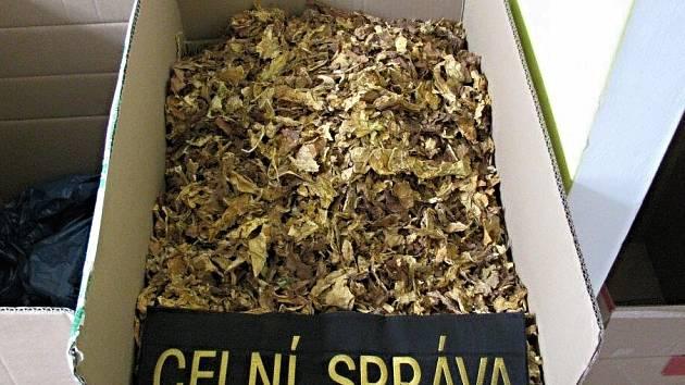 Tabák zabavený celníky v karlovarském obchodě.
