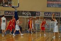 Rezerva karlovarské Lokomotivy dokázala porazit Basketbalovou akademii Sparta Praha a s přehledem si poradila i s Litoměřicemi. Tyto dvě výhry posunuly Karlovaračky do II. ligy.