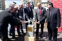 STAVBA ZAHÁJENA. Poklepem na základní kámen zaháli představitelé Karlovarského kraje a záastupci firmy, která bude stavbu provádět, výstavbu supermoderního pavilonu akutní medicíny.  Foto: Deník