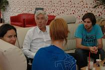 Ve festivalovém stanu kapitána Morgana relaxoval se skupinkou mladých lidí známý architekt Jan Kaplický.