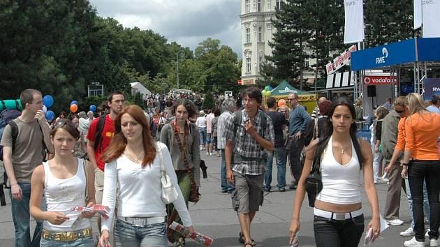 Skrz prostranství před Thermalem neustále proudí davy lidí.