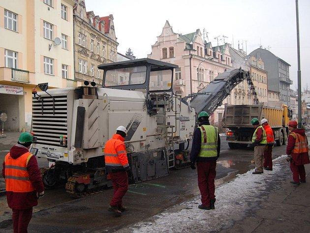 Opravy Sokolovské ulice. Ani velmi nízké teploty nezastavily rekonstrukci Sokolovské ulice v Karlových Varech. Stavbaři si nyní pouze pečlivěji vybírají, které práce mohou dělat. Termín však podle zástupců firmy Stavby silnic a železnic bude dodržen.