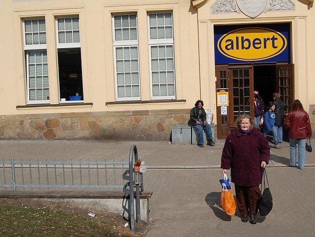 Před karlovarskou Městskou tržnici bylo před pár dny umístěno zábradlí, které zamezí vysedávání lidí před tímto supermarketem.