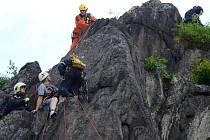 Cvičení hasičů - lezců na skalní stěně pod bečovským hradem.