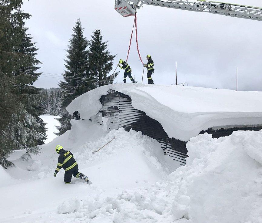 Vodárna Myslivny a zasahující hasiči.