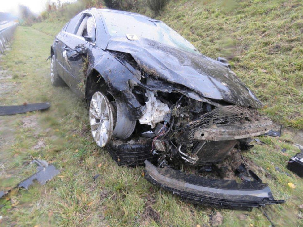 Vichřice, která se prohnala v neděli Karlovarským kraje, vyvracela stromy, trhala střechy a odnesla to i řada automobilů.