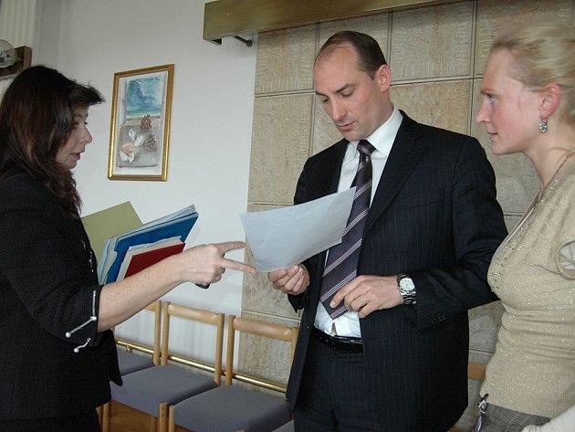 Bývalá manažerka projektu Monika Makkiehová (zleva) ukazuje koordinátorovi Albertu d´Alessandrovi a nynější manažerce Libuši Hánové sporné faktury.