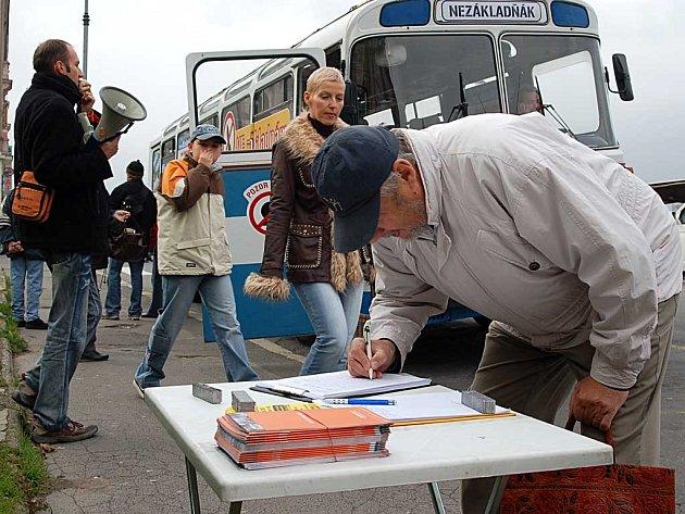 Desítky Karlovaráků včera podepsaly petici proti radarové základně. Podle mluvčího iniciativy Jana Tamáše (vlevo s megafonem) posádka Nezákladňáku nasbírala už na dva tisíce podpisů.