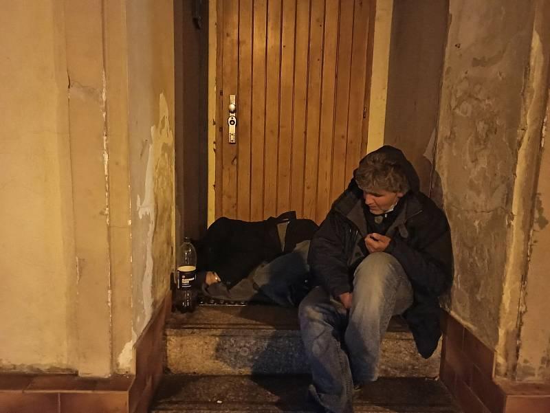 I takové obrázky se dají pořídit večer na Sokolovské ulici. Tento je dokonce téměř rok starý, kdy začal kvůli pandemii platit zákaz nočního vycházení.