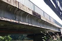 DVORSKÝ MOST je v havarijním stavu a do dvou let bude odstraněn. Město si tak od dopravních komplikací kvůli uzavřeným mostům neoddychne. Foto: Deník/Jana Kopecká