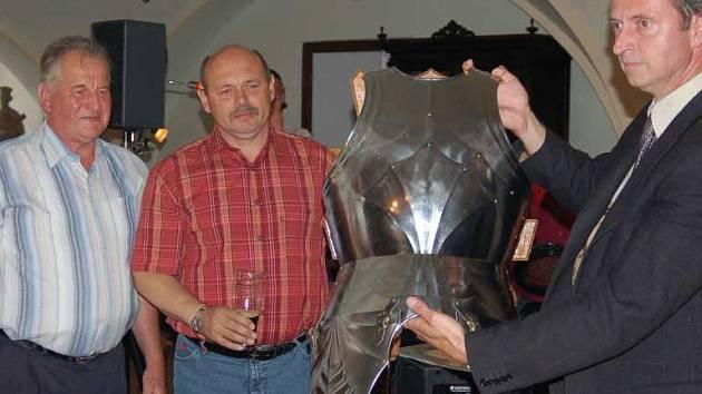 Rytíř bude stát v pivovaře v plné zbroji.