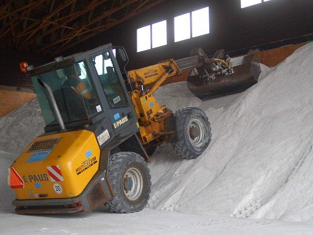 POŘÁDNÉ ZÁSOBY posypové soli musí mít silničáři připraveny před každou zimou. Nikdo nemůže předem vědět, jaká bude. Ta letošní o sobě ještě nedala pořádně vědět a soli moc neubylo.
