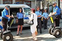FILMOVÝ FESTIVAL byl náročný pro policisty i městské strážníky. Jubilejní ročník byl ale vcelku klidný a k vážným událostem nedošlo. Návštěvníkům akce bylo k dispozici mobilní komunikační a informační centrum Policie ČR a MP Karlovy Vary.