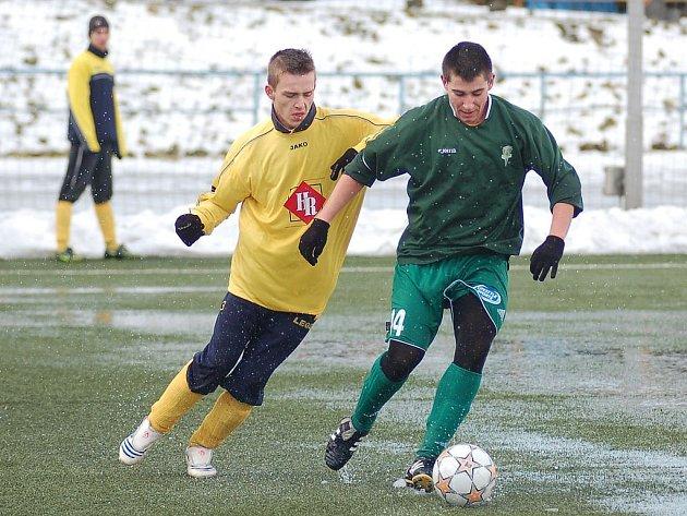Josef Hlaváč (vlevo) si během zimní přípravy vyzkoušel proti Buldokům i divizní dres Toužimi.