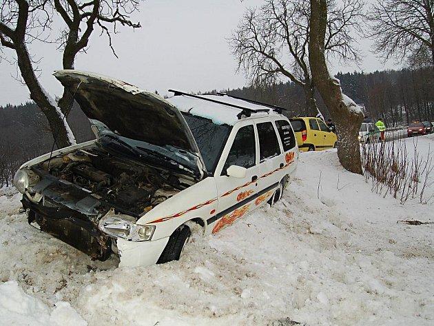 Čtvrtek 4. února 2010. Autohenoda na silnici mezi Otovicemi a Podlesím.