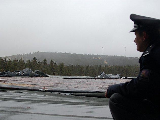 BEZNADĚJ. Poté, co se Kyrill přehnal přes Krušné hory, byl několik dní zavřený hraniční přechod Boží Dar – Oberwiesenthal. Vítr serval střechu.