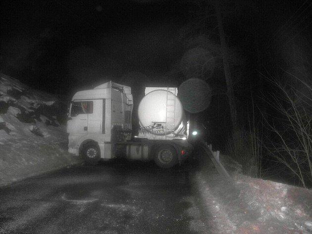 Kamion na namrzlé silnici