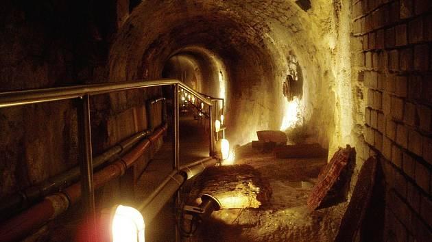 Pod kolonádou jsou velmi zajímavé prostory, kde lze například vidět vrstvy sedimentů, pokameňovací místnosti a podobně.