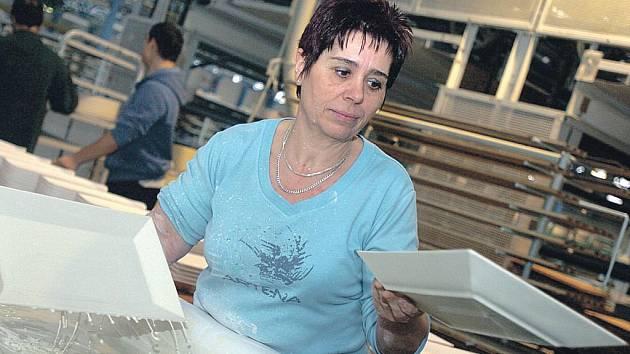 Porcelánka obživla. Zakázky od původních i nových zájemců z České republiky i celého světa pomáhají novorolské porcelánce opět navázat na slavnou tradici jejích výrobků.