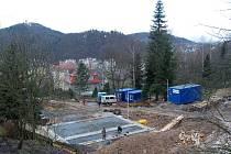 Staví se. V Tyršově ulici se staví už několik měsíců. Investor zde nezískal jen pozemky města, ale podařilo se mu skoupit i parcely od soukromých vlastníků. Prý nebyly nikterak levné.