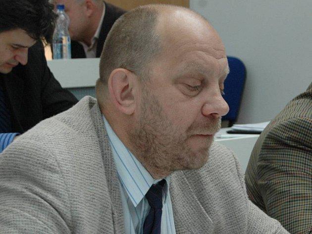 Zastupitele Jiřího Kotka (vlevo) vyzvali radní, aby se jim omluvil. Ten to ale udělat nechce.