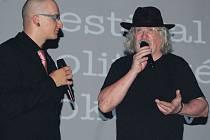 Festival politické písně zahájil někdejší člen Plastic People, básník Ivan Martin Jirous (vpravo), v sokolovském kině Alfa čtením svých básní.