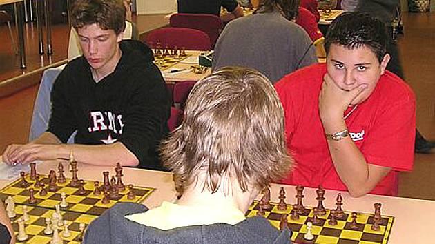 Devátý skončil v Polofinále MČR juniorů skončil karlovarský starší žák Lukáš Vlasák. Na snímku vlevo je vítěz turnaje Cyril Ponížil.