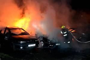 Hasiči likvidovali požár, při němž plameny spolykaly osm aut.