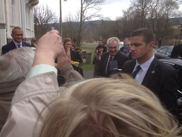 Ihned po vystoupení zlimuzíny vPramenech prezident súsměvem sháněl podle něj nejodvážnější starostku vKarlovarském kraji