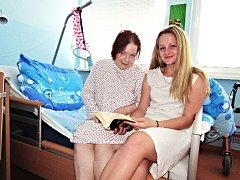 Pomáhat jako dobrovolník se rozhodla rovněž Sára Horčičková. Četla Zdeňce Havlíkové (zprava).