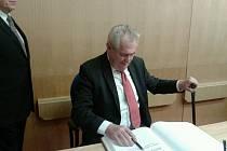 Prezident se podepsal do Pamětní knihy kraje