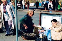 Bezdomovci v centru Karlových Varů.