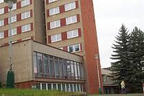 NA PRVNÍ pohled klid, ovšem uvnitř tohoto krajského školského zařízení v Karlových Varech je už delší čas poněkud rušno.