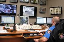 Místnost se záběry z kamer se zkušeným operátorem. To je noční můra pro zločince.