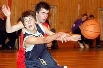 V sobotním duelu ligy U18 hostili junioři karlovarské Thermie (v červeném) družstvo Sokola Žižkov, kterému podlehli vysoko 62:97