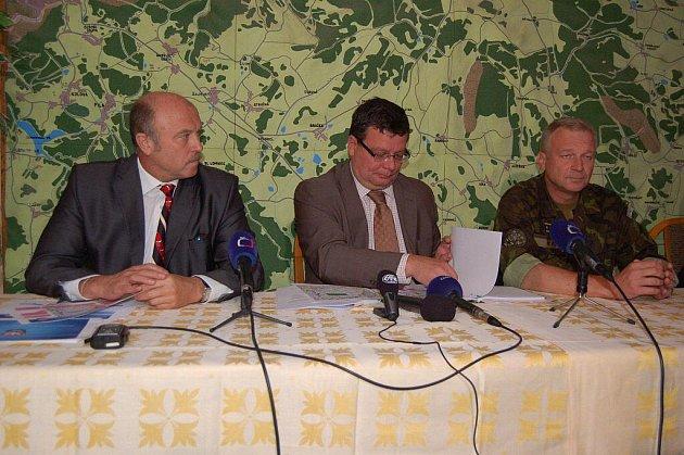 Ministr obrany Alexandr Vondra ve Vojenském újezdu Hradiště
