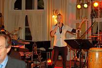 Reprezentačním plesem jáchymovských lázní odstartovaly oslavy stého výročí otevření hotelu Radium Palace. Mezi hvězdy akce patřila zpěvačka Helena Zeťová a vítěz Superstar Zbyněk Drda.