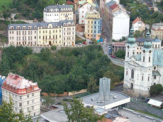 Zmizí? Proluka za dřevěnou ohradou vedle kostela sv. Maří Magdaleny hyzdí město už půl století.