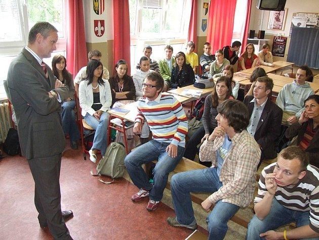 Dominik Jandl (v první řadě s brýlemi) při setkání s ministrem Cyrilem Svobodou na ostrovském gymnáziu.