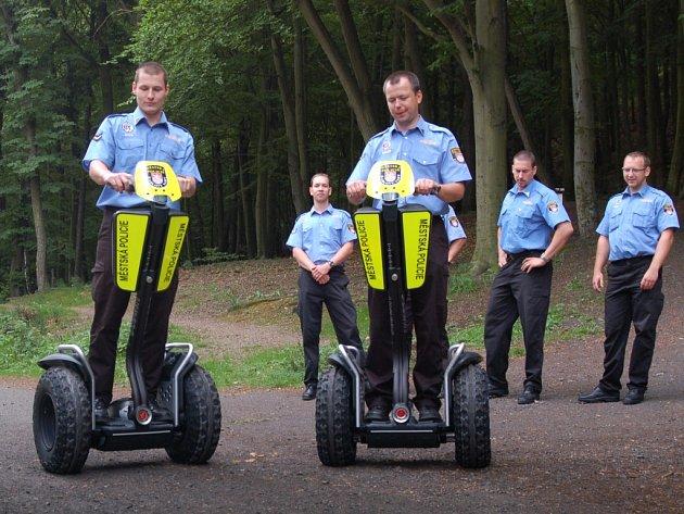 Karlovarští strážníci na dvoukolkách.