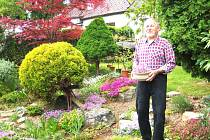 Skalničkář a kaktusář Miroslav Zbořil má na výstavě skalniček velký podíl. Jeho hlavním úkolem je rozpis služeb výstav.