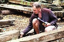 MRAVENČÍ PRÁCE je třeba při opravě bývalých lázní Kyselka. Milan Konáš (na snímku) provádí inventarizaci stavebních trámů. Opravené se vrátí zpět, nepoužitelné se nahradí replikou.