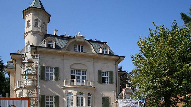 KONTROLA. Také rekonstrukci Becherovy vily kontroluje Úřad regionální rady. Její oprava stála téměř devadesát milionů korun. Evropská unie přispěla dotací ve výši 77,6 milionu